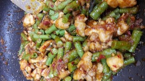 ผัดถั่วฝักยาวไก่น้ำพริกเผากับพริกแกง สูตรอาหาร วิธีทำ แม่บ้าน