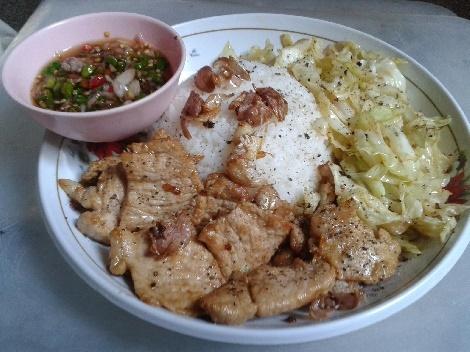 ข้าวหมูทอดกระเทียมพริกไทยดำ สูตรอาหาร วิธีทำ แม่บ้าน