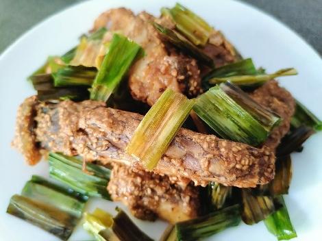 ปลาอาบงาขาว : ใบเตยหอม สูตรอาหาร วิธีทำ แม่บ้าน