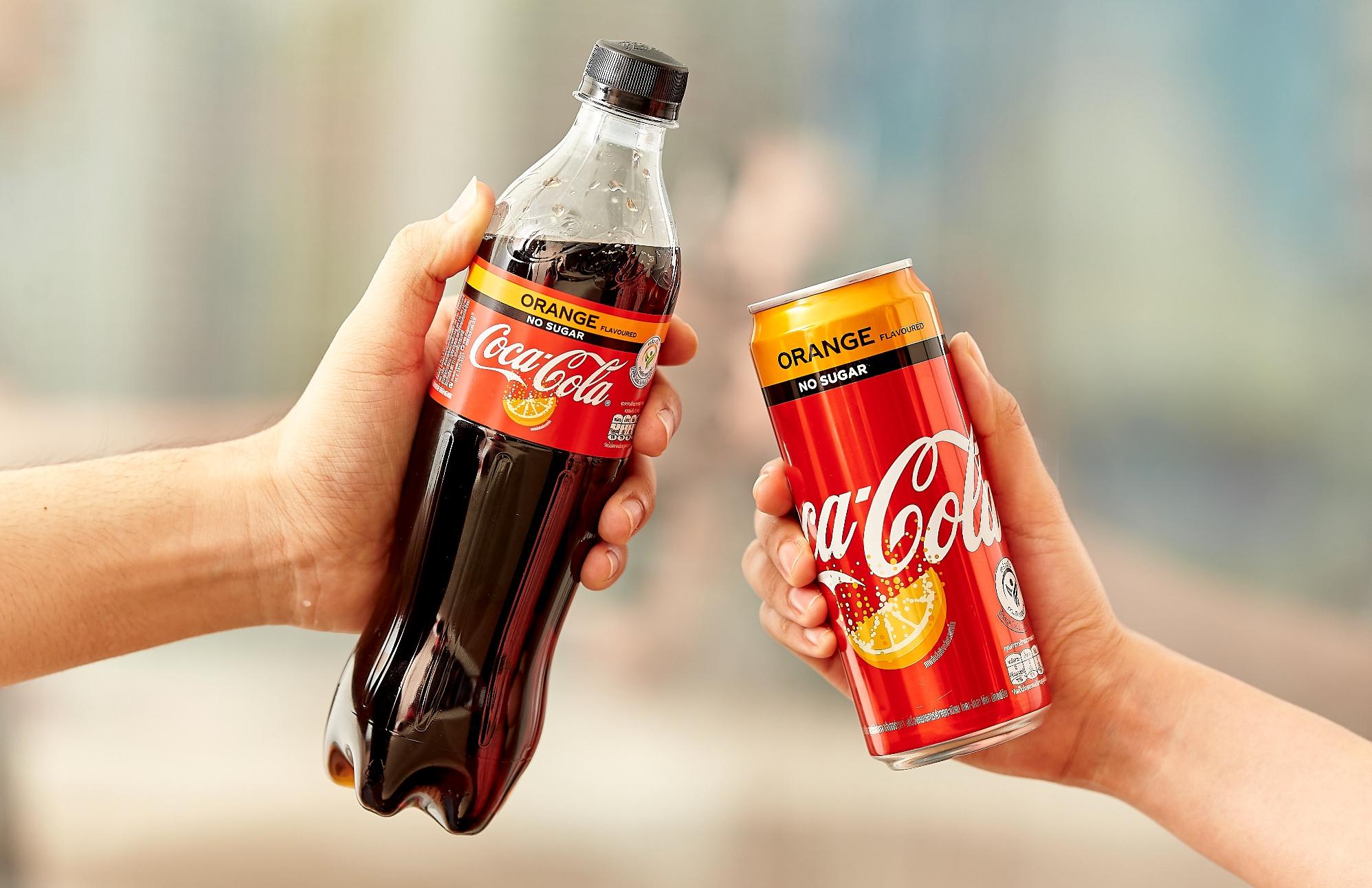 """""""โคคา-โคล่า"""" ตอกย้ำผู้นำตลาดน้ำอัดลมในประเทศไทย ส่ง """"โค้ก สูตรไม่มีน้ำตาล กลิ่นออร์เรนจ์"""" เซอร์ไพรซ์ """"ซ่า ซ่อน กลิ่นส้ม"""" เขย่าตลาดน้ำอัดลม ตอบรับเทรนด์รักสุขภาพ สำนักพิมพ์แม่บ้าน"""